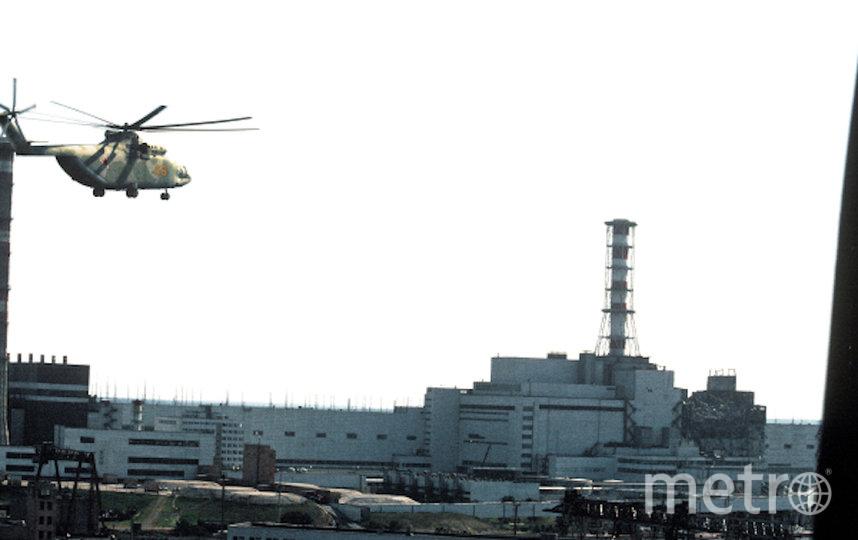 К взорвавшемуся реактору направляется вертолёт. Фото РИА Новости