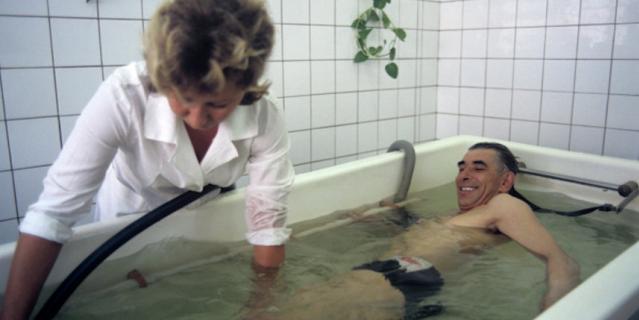 Восстановительное лечение больных, получивших высокую дозу облучения во время аварии на Чернобыльской АЭС, в загородном филиале 6-й городской клинической больницы. Принятие лечебных ванн.