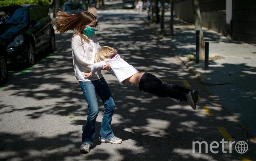 В Испании дети младше 14 лет вышли на улицу спустя 6 недель изоляции. Фото AFP