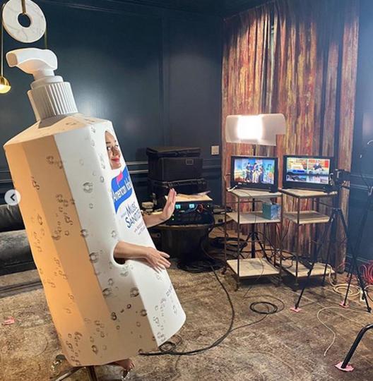 Кэти Перри в костюме санитайзера. Фото Instagram @katyperry