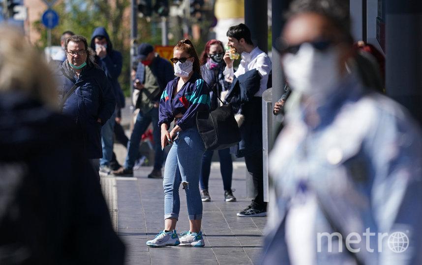 В качестве средств защиты могут использоваться не только маски, но и шарфы, платки. Фото Getty