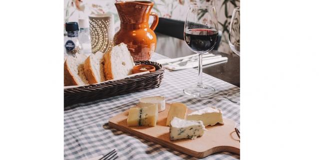 Эксперт помогла нам разобраться в тонкостях дегустации красного вина и подсказала, с какими продуктами стоит его совмещать. Примеры мы отыскали в социальных сетях.