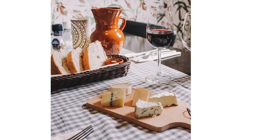 Эксперт помогла нам разобраться в тонкостях дегустации красного вина и подсказала, с какими продуктами стоит его совмещать. Примеры мы отыскали в социальных сетях. Фото instagram.com/oxana_burtceva