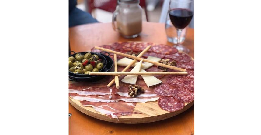 Мясное ассорти, оливки. Фото instagram.com/jamonarium
