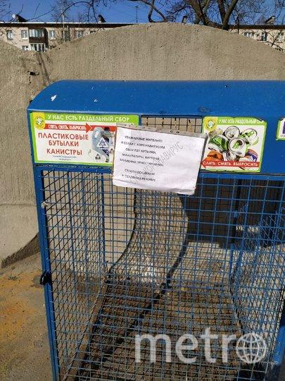 """В контейнеры временно просят не бросать мусор. Фото Евгения Назарова, """"Metro"""""""