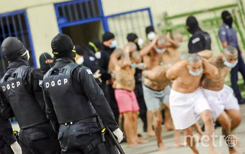 Заключённых сгоняют в зал, где они должны сидеть. Фото AFP