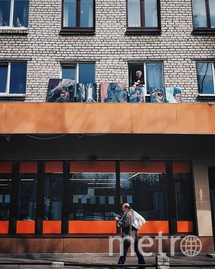 Выставка картин на балконе. Фото Скриншот Instagram: @van_gee
