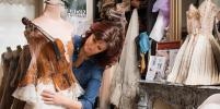Французский дизайнер создаёт платья из книг, фарфора и музыкальных инструментов