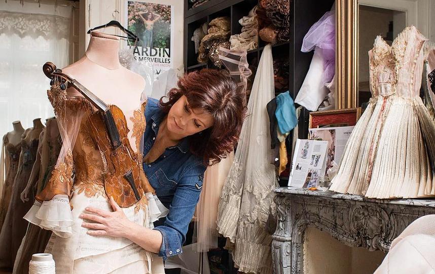Сильви Факон создает свое знаменитое платье-скрипку. Фото instagram.com/sylviefaconcreatricefrance