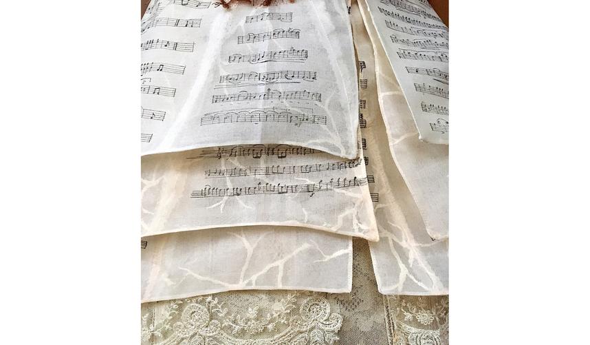 """""""Нижняя часть платья была сшита из органзы и представляла собой партитуры с нотами"""". Фото instagram.com/sylviefaconcreatricefrance"""