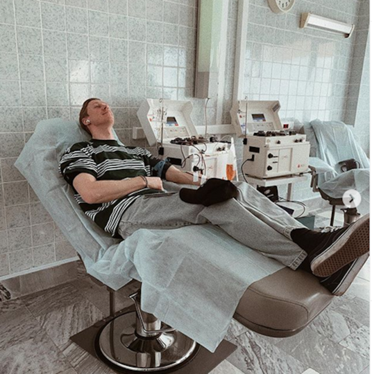Пётр Тюшкевич показал, как сдаёт плазму. Фото Instagram @petertyushkevich
