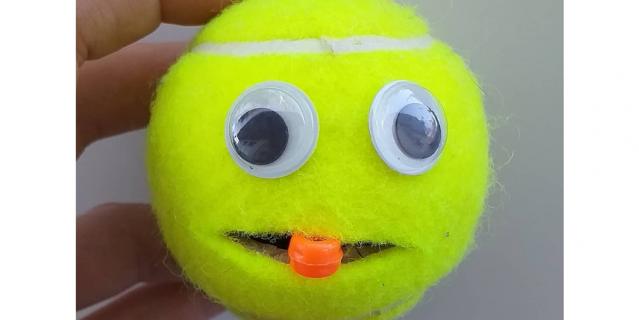 Используйте небольшой мячик для игр с ребенком дома.