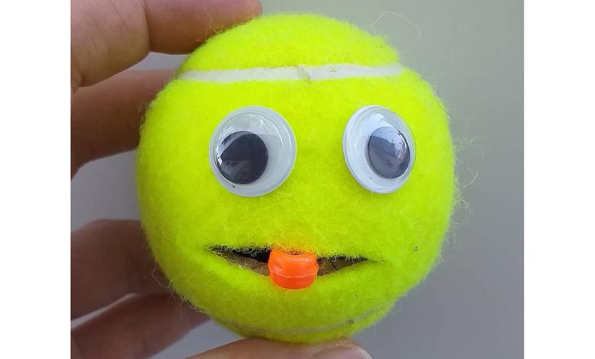 Используйте небольшой мячик для игр с ребенком дома. Фото instagram.com/missstrawberrymay