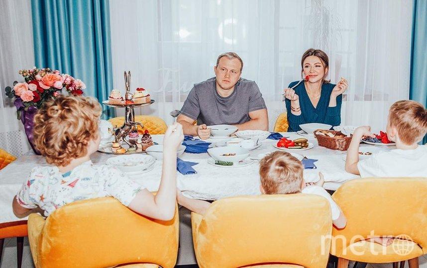 """Елена Блиновская в кругу семьи с мужем и тремя сыновьями. За кадром младшая дочка, которая родилась в апреле 2020 года. Фото www.instagram.com/elena_blinovskaya/, """"Metro"""""""