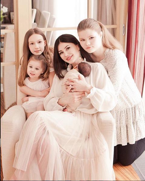 Телеведущая Ольга Ушакова – мама четырёх детей. Фото Instagram @ushakovao