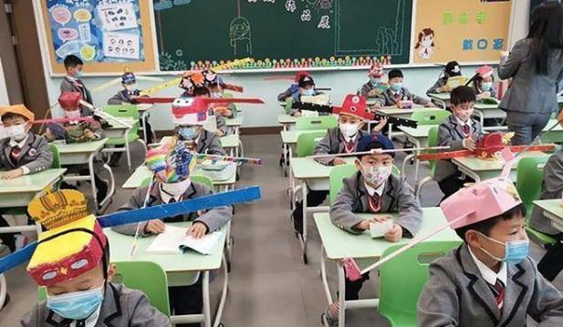 """Дети подходят к созданию шляп-""""однометровок"""" с фантазией. Фото Скриншот видео Weibo"""