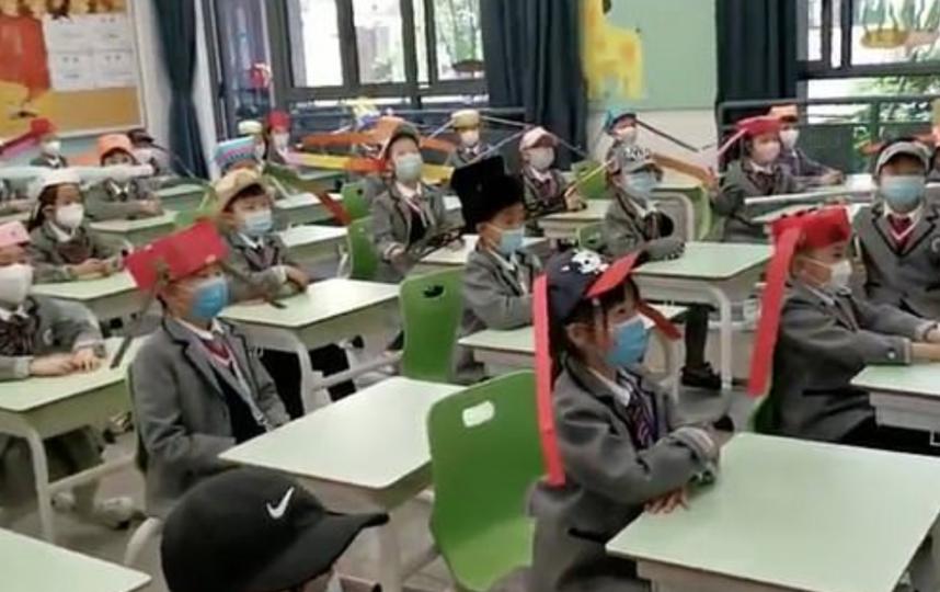 Вместо палочек дети могут использовать ленты, главное условие – правильная длина. Фото Скриншот видео Weibo