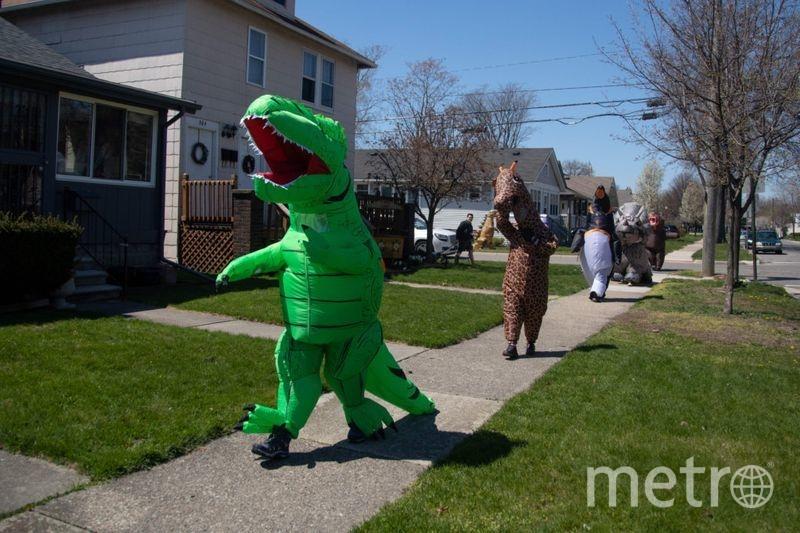 """Цель """"клуба динозаврика"""" – поднять настроение окружающим во время пандемии. Фото AFP"""