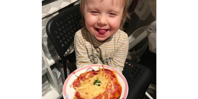 Пицца с колбасой, брокколи и сыром.