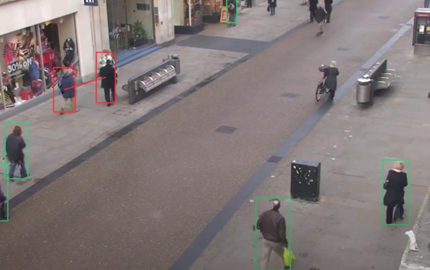 Красными рамками обозначаются прохожие, между которыми дистанция менее одного метра. Зелёные рамки обозначают дистанцию в пределах нормы. Фото Скриншот видео с сайта компании Landing Al.