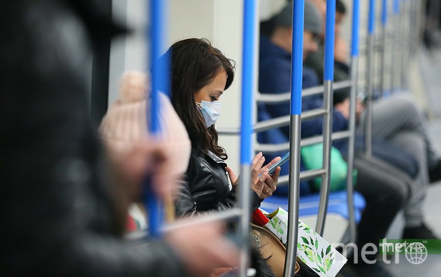 Мэр москвы Сергей Собянин призвал москвичей пользоваться защитными масками и перчатками при передвижении на метро. Фото Василий Кузьмичёнок