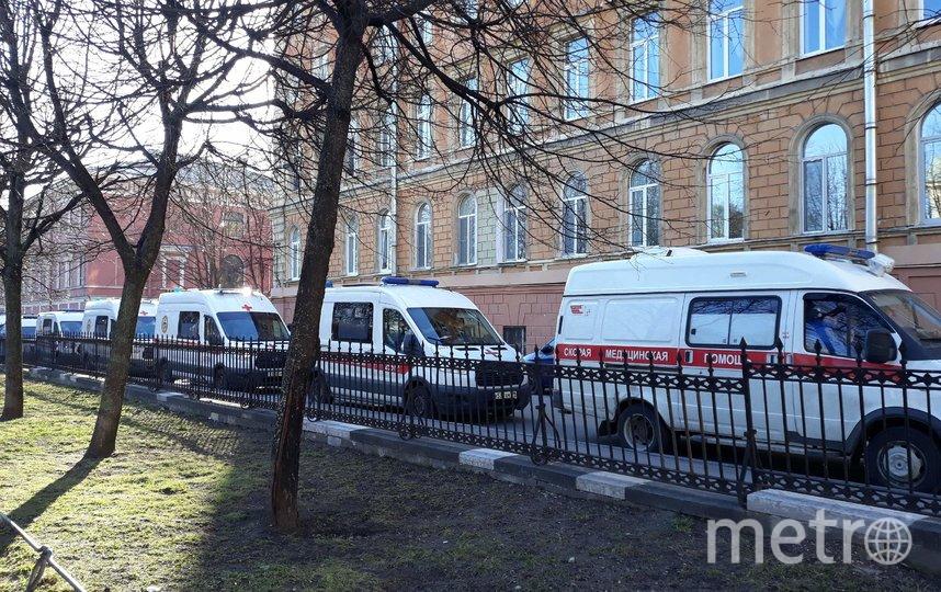"""Очереди машин у Введенской больницы наблюдали и раньше. Фото """"Metro"""""""