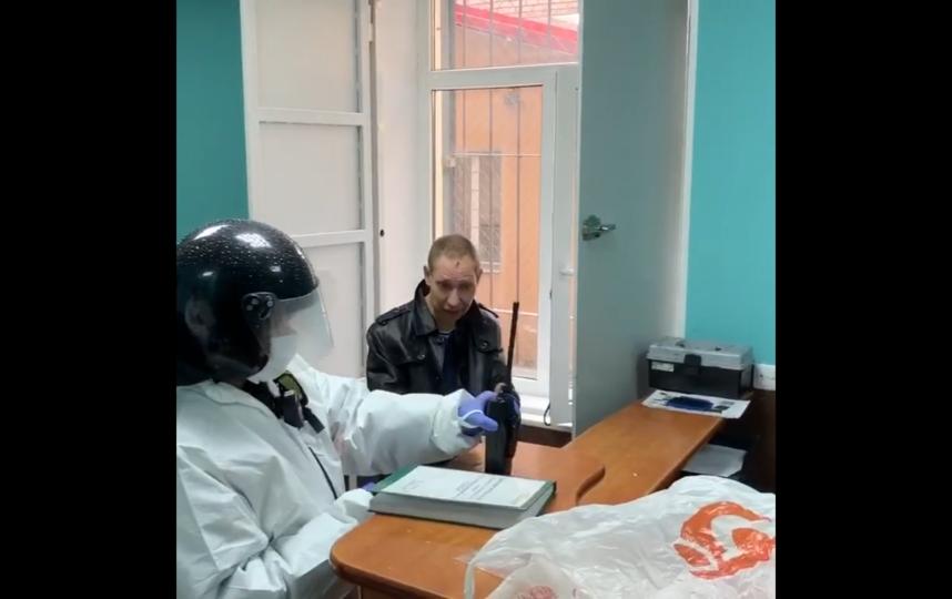"""Мужчину доставили в отдел полиции. Фото съемка ГУВД, """"Metro"""""""