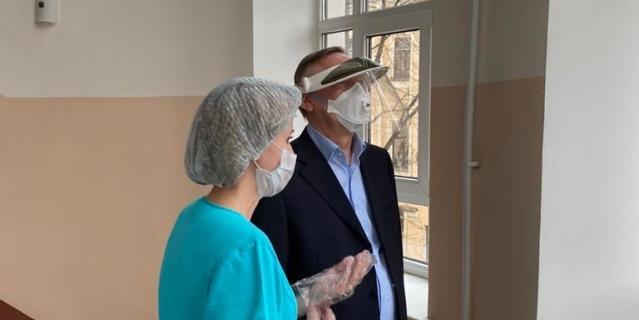 Губернатор Александр Беглов навестил мам и малышей, поздравил счастливых родителей с прибавлением в семействах.