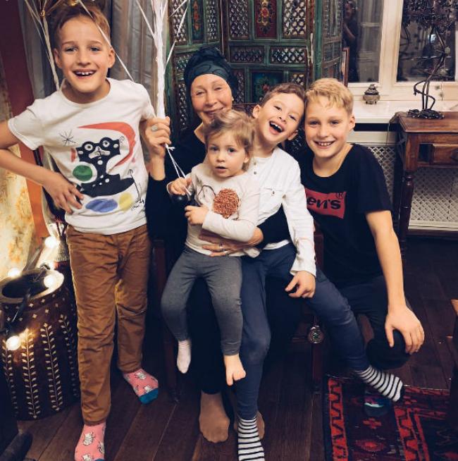 Татьяна Васильева вместе с внуками. Фото instagram @vasileva_vtg