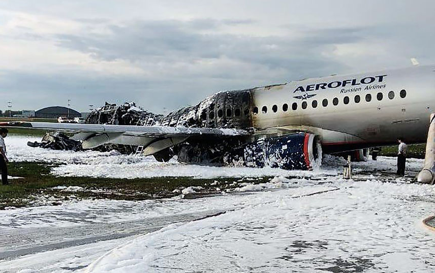 """В Шереметьево после жёсткой посадки загорелся """"Суперджет"""". Трагедия произошла ровно год назад, погиб 41 человек. Фото AFP"""