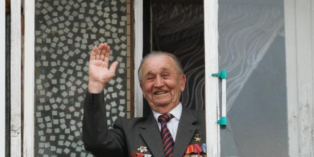 За подготовкой парада Валентин Михайлович наблюдал со своего балкона.