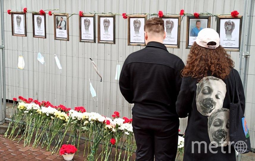 """У мемориала лежат цветы, люди останавливаются почтить память врачей и медсестер. Фото Святослав Акимов, """"Metro"""""""