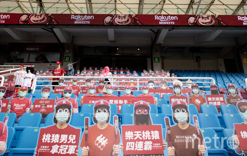 Команда Rakuten Monkeys разместила на стадионе картонных двойников своих болельщиков. Фото Getty