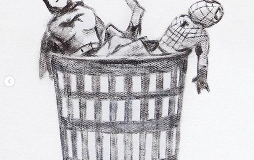 Стрит-арт художник Бэнкси изобразил медсестру в образе супергероя. Фото скриншот instagram @banksy
