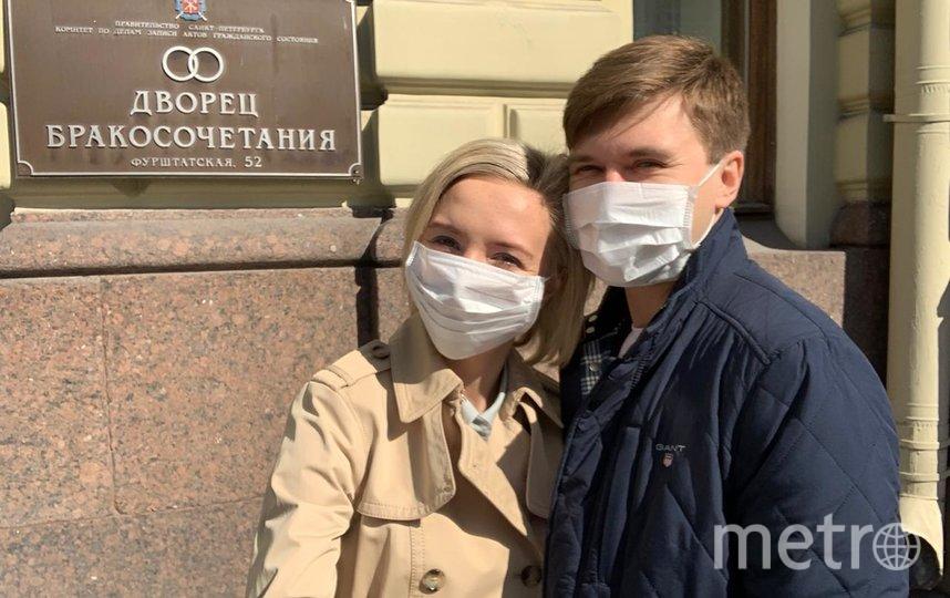 """Без маски и перчаток в загс не пускают. Фото Сергей Крутиков, """"Metro"""""""