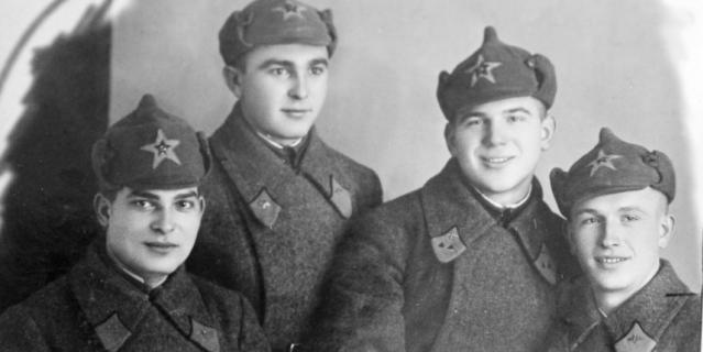 Конец 1930-х. Николай Коломейченко (второй справа) с однокурсниками.