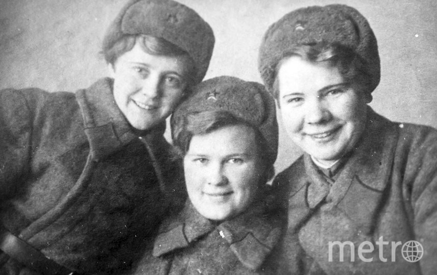 """Александра Чубарова (крайняя слева) с подругами в авиашколе. Фото из личного архива Галины Жилиной, """"Metro"""""""