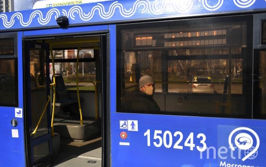 Пассажир в защитной маске в салоне автобуса в Москве. Фото РИА Новости