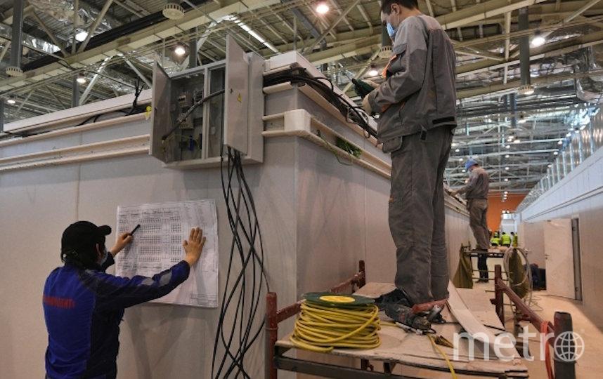Монтажные работы по переоборудованию павильона №75 ВДНХ во временный госпиталь. Фото Максим Блинов, РИА Новости
