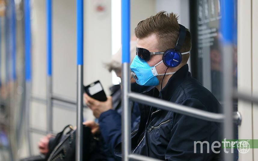 С 12 мая москвичи обязаны носить в метро маску. Фото Василий Кузьмичёнок