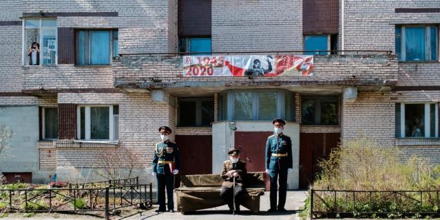 Для Валентина Прокофьевича поставили скамейку, укрытую плащ-палаткой.