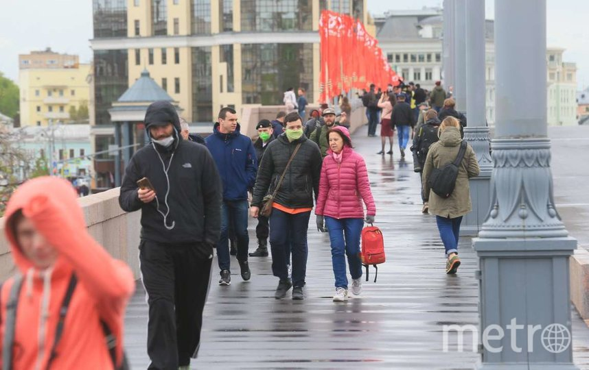 Несмотря на действующий режим самоизоляции москвичи вышли в центр города, чтобы посмотреть авиапарад в честь Дня Победы. Фото Василий Кузьмичёнок