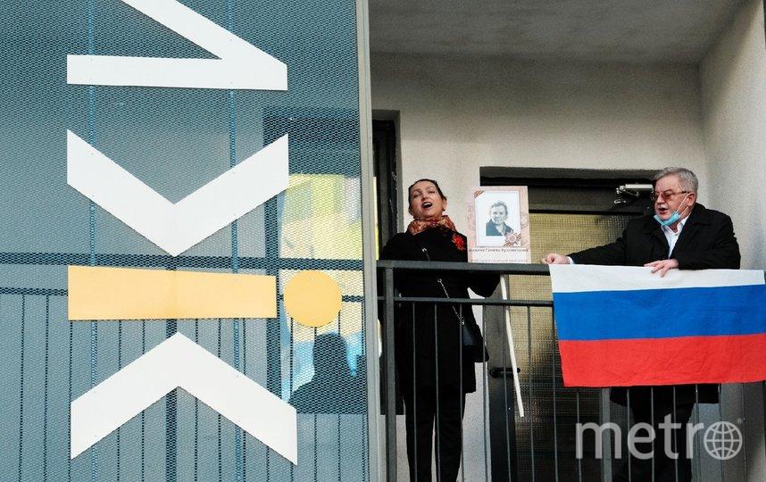 """Жильцы вышли на балконы и спели. Фото """"Metro"""""""
