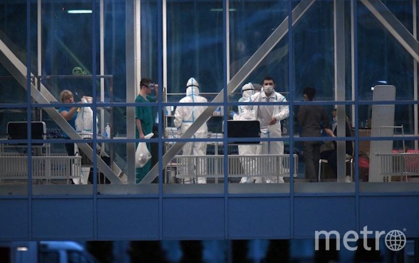 Медицинские работники в здании карантинного центра в Коммунарке. Фото РИА Новости