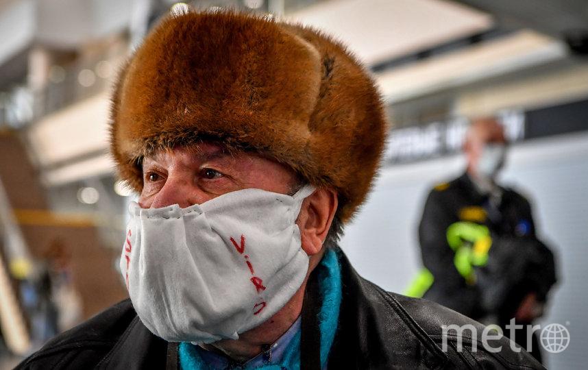 В Москве маски и перчатки можно купить в кассах на всех станциях метро. Фото AFP