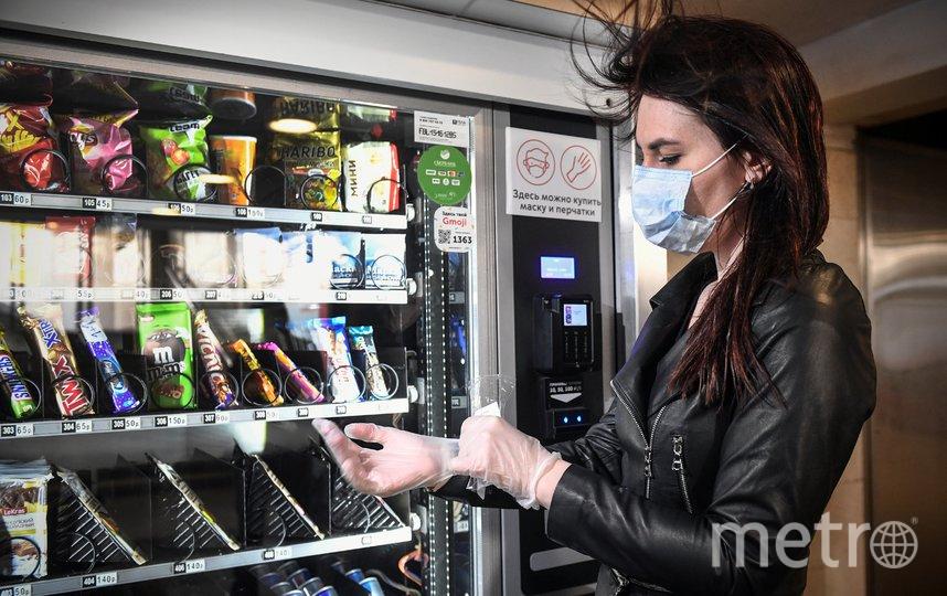 Москвичи могут купить маски и перчатки на всех станциях метро в кассах и ларьках. Фото AFP
