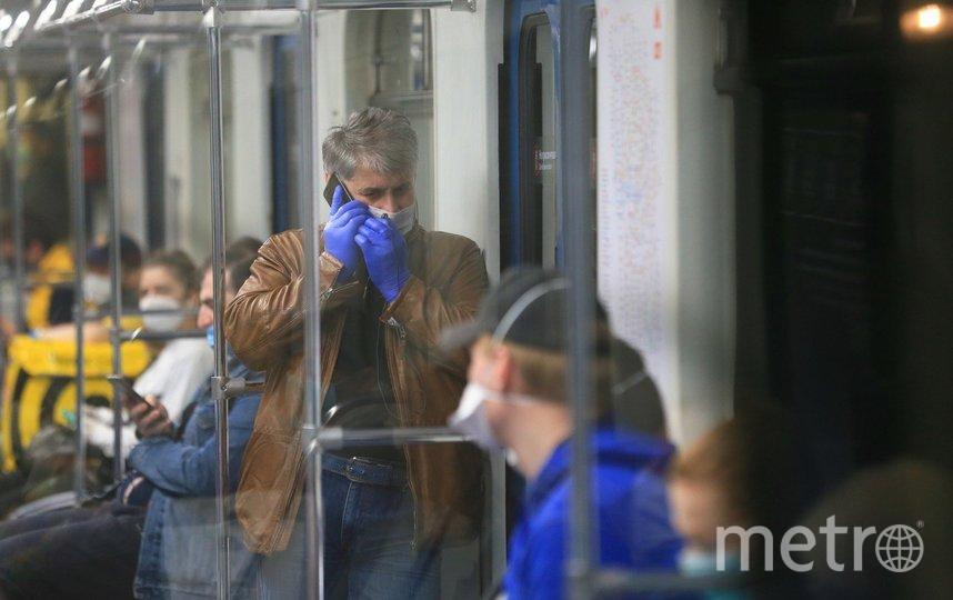 Большинство москвичей ездят в метро в масках и перчатках. Фото Василий Кузьмичёнок
