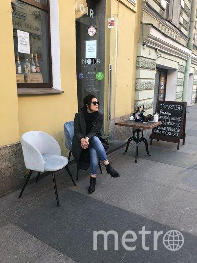 """Так рестораны привлекают «гостей»: на столиках у входа стоят меню для заказа на вынос и антисептики. Фото Карина Тепанян, """"Metro"""""""