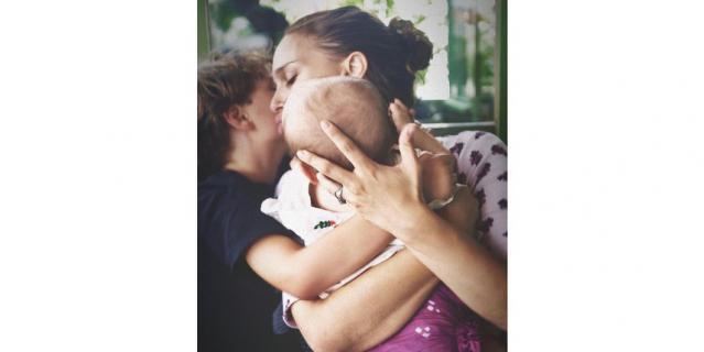 Актрису с сыном и дочерью сфотографировал отец.