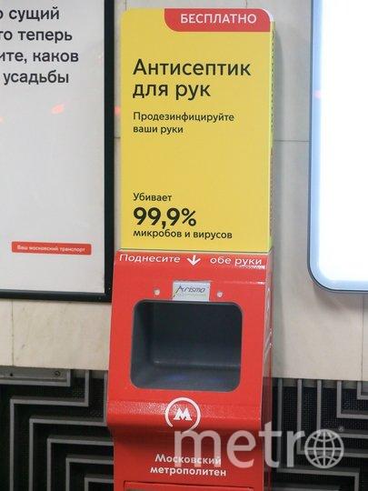 В транспорте Москвы и в общественных местах начал действовать масочный и перчаточный режим. Фото Василий Кузьмичёнок